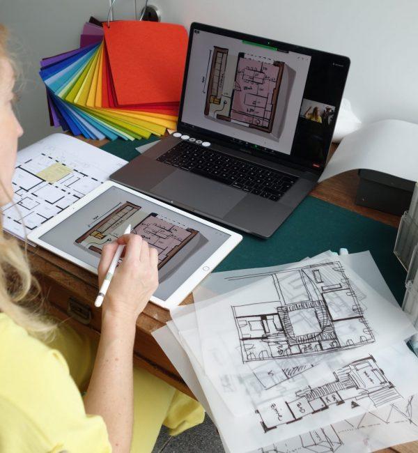 Architektin_über_die_Schulter_schauen